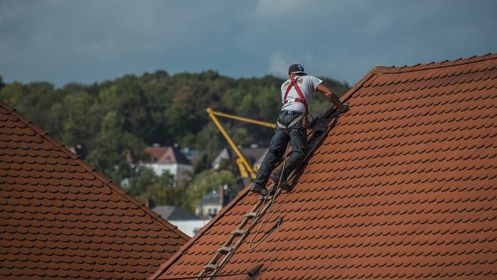 Dachdecker prüft Dach