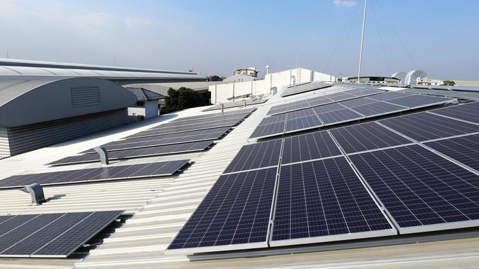 Industriehalle mir Solarpanels