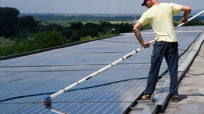 säuberung von einer Fotovoltaikanlage