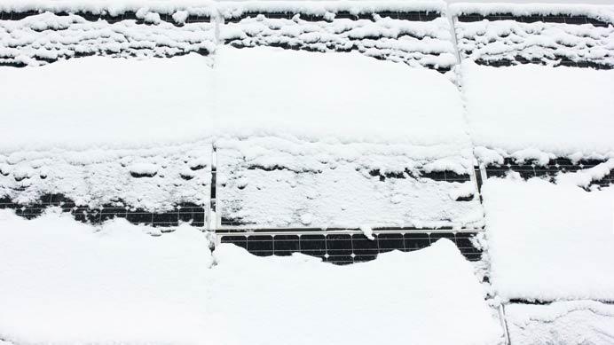 Photovoltaikanlage-mit-Schnee-bedeckt