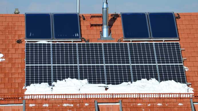 Solaranlage-mit-Schnee-und-Sonnenschein