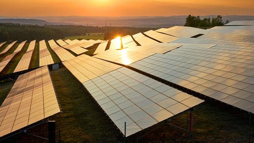 Freiflächen PV-Anlage bei Sonnenuntergang