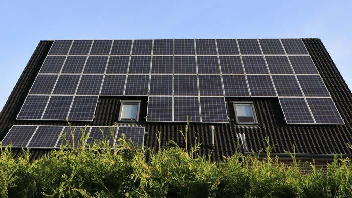 Photovoltaikanlage mit zwei Dachfenstern