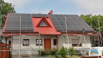 Solarmodule auf rotem Dach