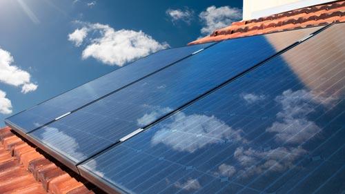 Sonnenstrahlen auf den Solarmodulen