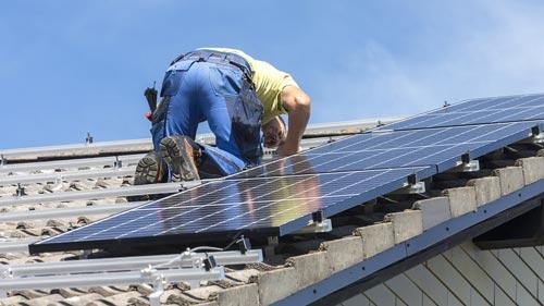 Befestigung- der Solarmodule  und Kabel am Montagesystem